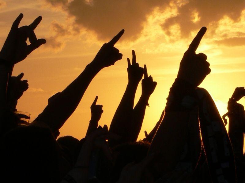 Crowdsurfer Beim Acdc Konzert Bestohlen Und Niedergeschlagen