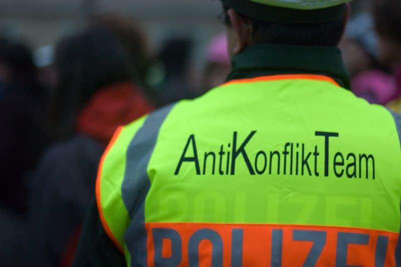 Die Polizei Köln appellierte an alle Versammlungsteilnehmer, friedlich und gewaltfrei zu demonstrieren. / copyright: Robin Backes / pixelio.de