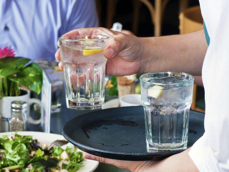 ein glas leitungswasser bitte beliebtheit von trinkwasser in restaurants ist enorm. Black Bedroom Furniture Sets. Home Design Ideas
