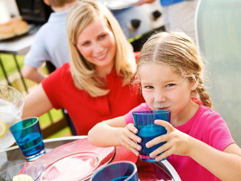 Richtwerte: Die Deutsche Gesellschaft für Ernährung (DGE) empfiehlt Erwachsenen, täglich etwa 1,5 Liter Flüssigkeit und Kindern je nach Alter zwischen einem und 1,5 Litern zu trinken. Im Sommer erhöhen sich diese Werte. / copyright: Forum Trinkwasser e. V. / istock / djd