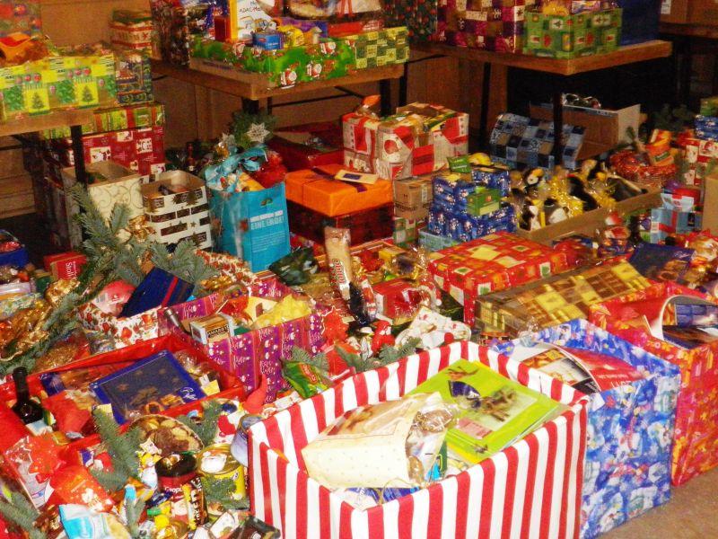 F u00fcr die Lebensmittelpakete Aktion der K u00f6lner Tafel zu Weihnachten werden Spender gesucht