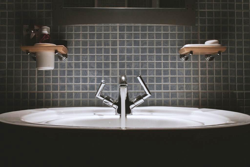 Das Badezimmer wird wohnlich, gemütlich, warm und hat einen Hauch von Luxus - copyright: pixabay.com