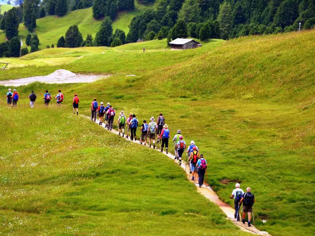 Mit dem Wanderführer unterwegs copyright: pixabay.com