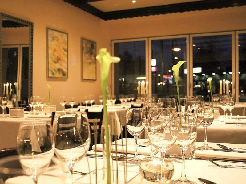 Das META teilt sich in zwei Bereiche: ein gemütliches Bistro und ein festlich eingedecktes Restaurant. - copyright: PR