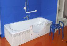 Bequemer Zugang zur Badewanne: Eine dichte Tür aus robustem Material sorgt für mehr Komfort. copyright: Tecnobad Deutschland / djd