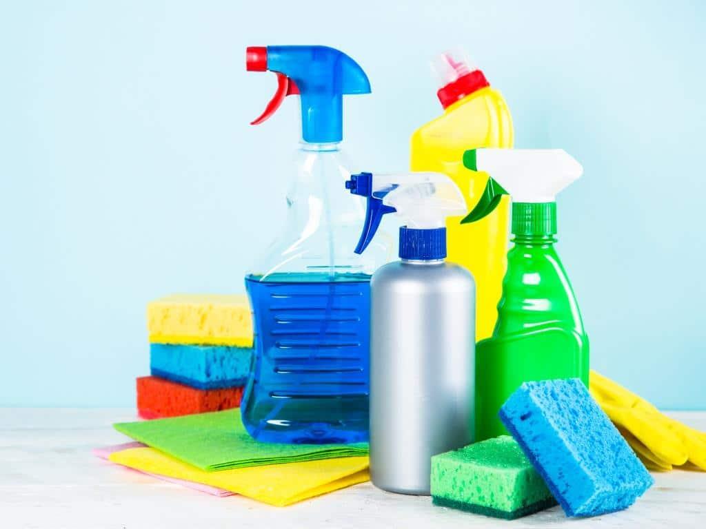 Statt teure Reinigungsmittel funktioniert eine gründliche Reinigung auch mit Essig-Essenz. copyright: Envato / Nadianb