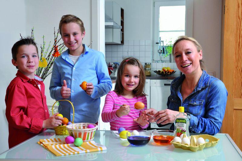 Ein echtes Familienvergnügen: Ostereier färben. copyright: Sergio Lussino / akz-o / Surig