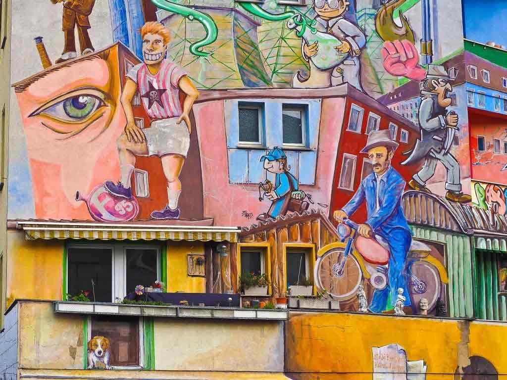 Ursprung der Street Art liegt im Graffiti, wobei sich die moderne Street Art jedoch deutlich von einer bloßen Präsentation des eigenen Namens distanziert sehen will und den Bildteil der Kunst in den Vordergrund rückt. copyright: pixabay.com