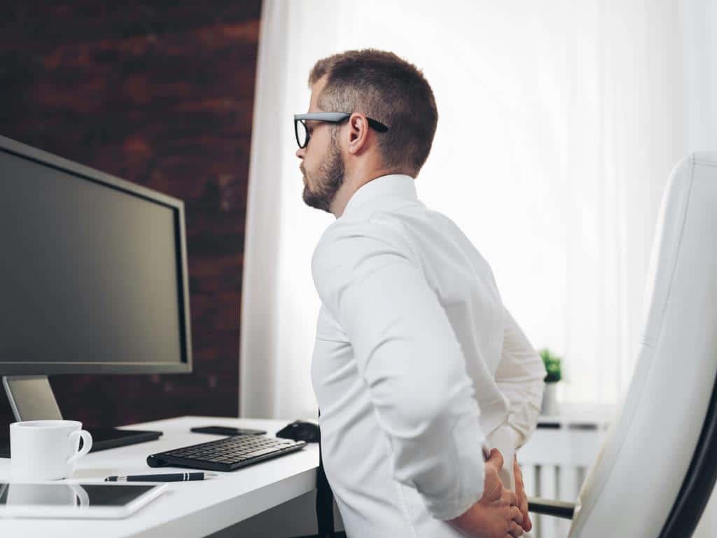 """Rückenschmerzen: Viele """"Sünden"""" werden zur Qual im Büro copyright: Envato /tommyandone"""