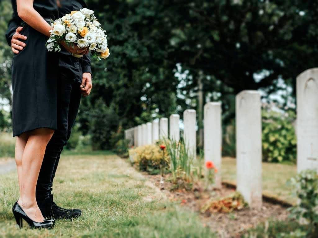 Beerdigung: Wer hat die Arbeit und trägt die Kosten? copyright: Envato / rawpixel