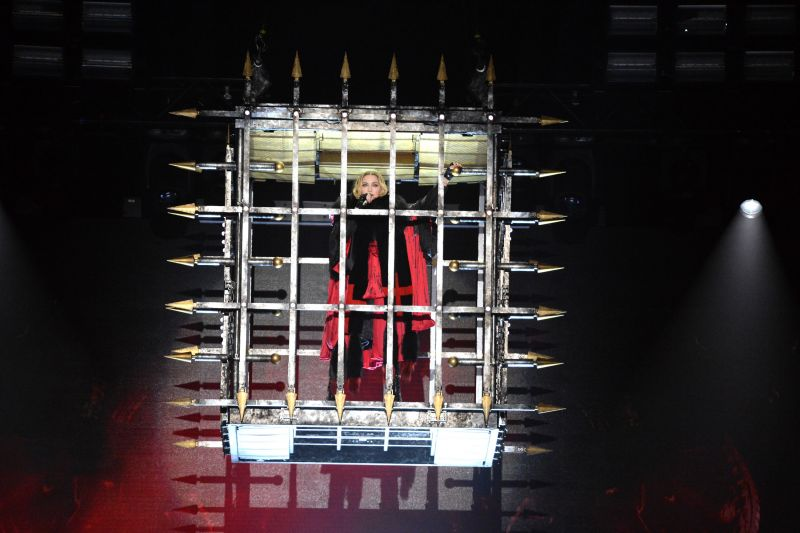 Neben herabfahrenden Käfigen und Wendeltreppen, aufsteigenden Podesten, allerlei Kreuzen, kalkulierten Provokationen und der wohl besten Choreografie seit der 'Blonde Ambition'-Tour vor 25 Jahren begeistert Madonna ihre Zuschauer auf der aktuellen Tour mit fröhlichem Auftreten und jeder Menge Interaktion.