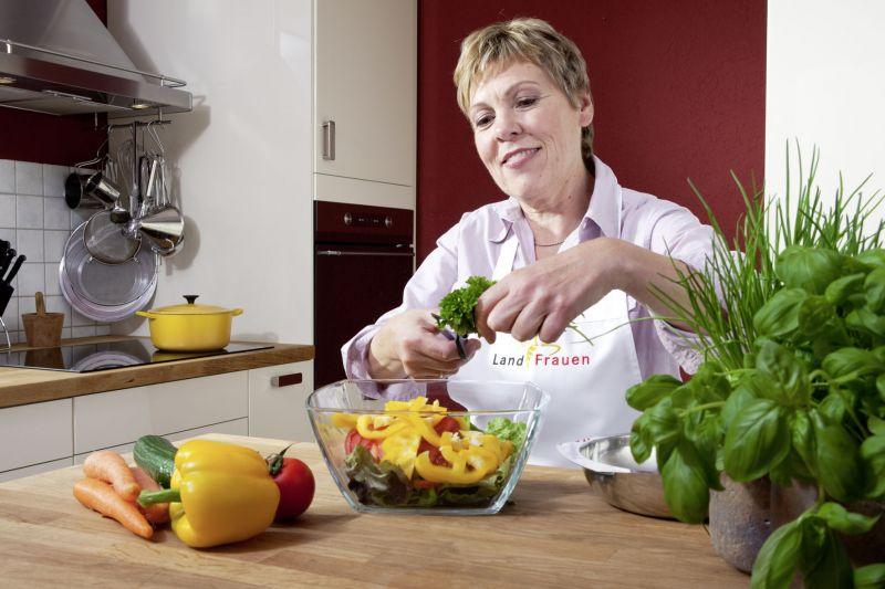 rosmarin, basilikum und co.: kräuter bringen pep in die ... - Frische Kräuter In Der Küche