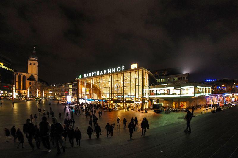 Frau rastet im Supermarkt im Hauptbahnhof Köln aus - copyright: FotoHiero / pixelio.de