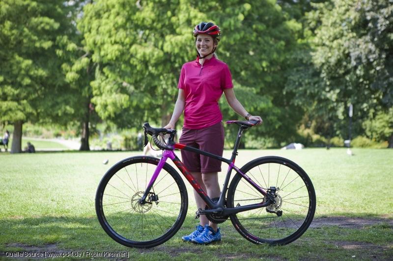 Hier passt nicht nur die Farbe: Bei Komfort-Renner mit Scheibenbremsen und breiteren Reifen sind Sitzposition, Ausstattung und Fahrcharakteristik auf sportlich-entspannte Rennradtouren zugeschnitten. copyright: www.pd-f.de / Robin Kirchner