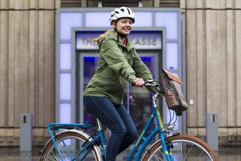 Um Fahrspaß im Alltag zu erleben, braucht es nicht viel: ein solides, schönes Tourenrad, funktionelle, modische Kleidung und praktische Accessoires wie diese Lenkertasche zum Anklicken. copyright: www.pd-f.de / Thomas Dietze