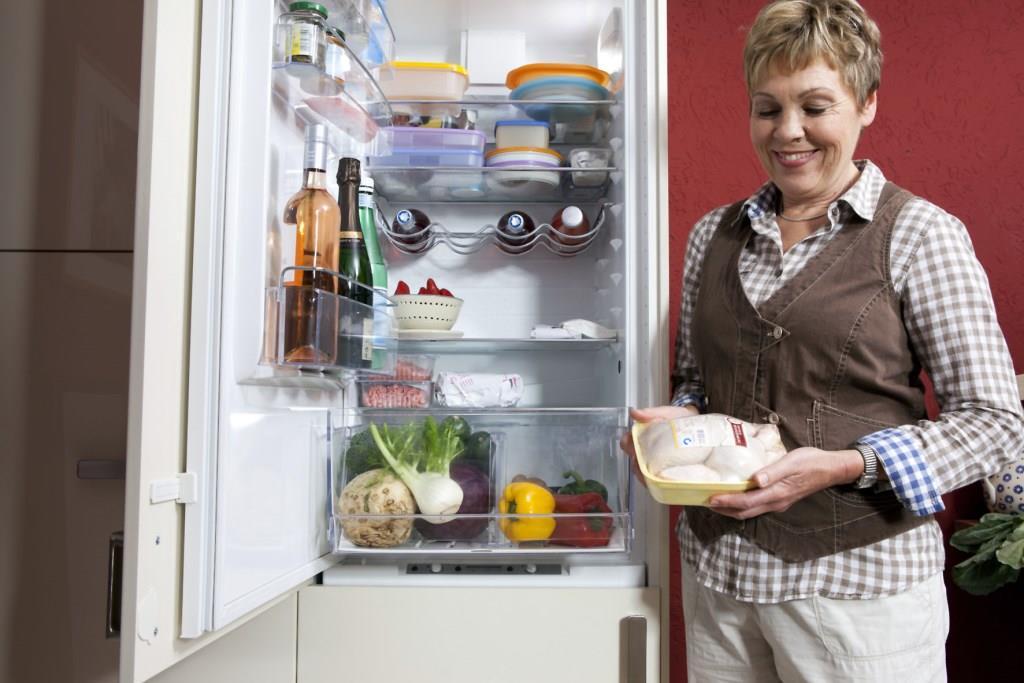 Vor dem Großputz sollte man empfindliche Lebensmittel wie Geflügel zum Beispiel im Kühlschrank des Nachbarn zwischenlagern. Foto: djd/www.qs-live.de