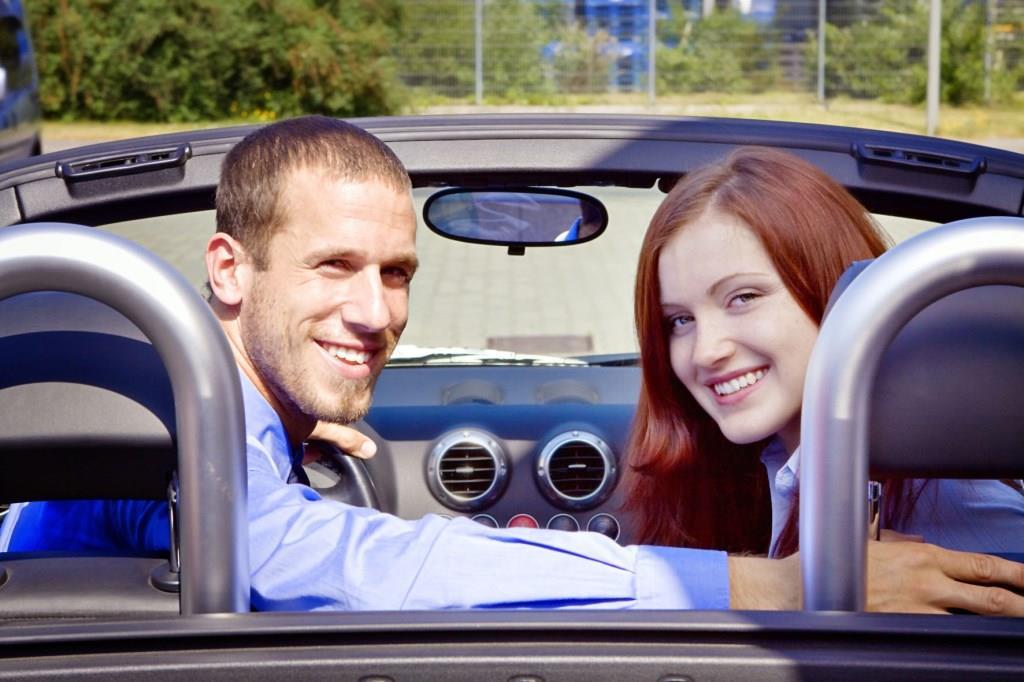 Spaß und Kontrolle beim Fahren behalten: Die meisten Deutschen möchten das Lenkrad nicht aus der Hand geben. Foto: djd/CreditPlus Bank/fotolia.com/creativstudio