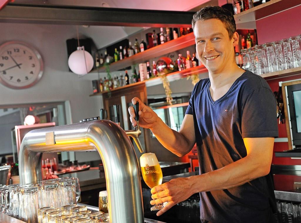 Unglaubliche Vielfalt: Deutsche Biertrinker könnten rein rechnerisch mehr als 15 Jahre lang jeden Tag ein anderes Bier aus heimischen Regionen probieren. Foto: djd/Brauerei C. & A. Veltins