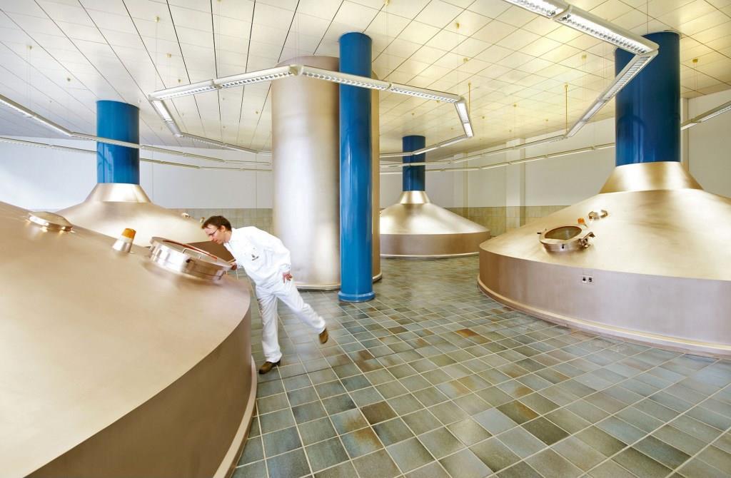 Auch in modernen deutschen Braustätten wird nach dem 500 Jahre alten Reinheitsgebot gebraut. Foto: djd/Brauerei C. & A. Veltins