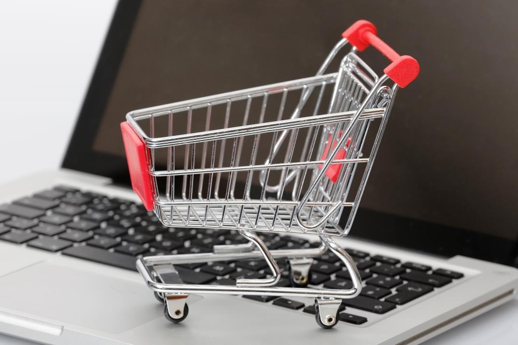 Im Internet sind viele Artikel günstiger als im Ladengeschäft zu haben. Vorsicht ist aber geboten, wenn Waren aus dem Ausland gekauft werden. copyright: Tim Reckmann / pixelio.de