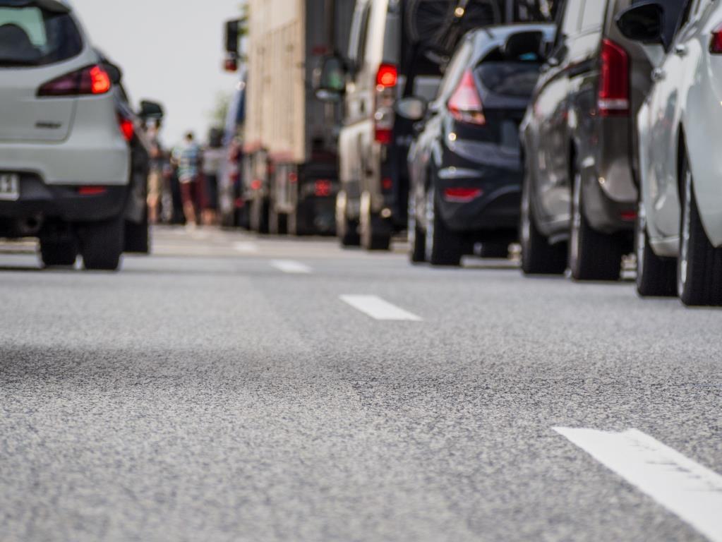 Um nicht im Verkehr stecken zu bleiben, sollte man sich vor Fahrtantritt informieren. copyright: Petra Bork / pixelio.de