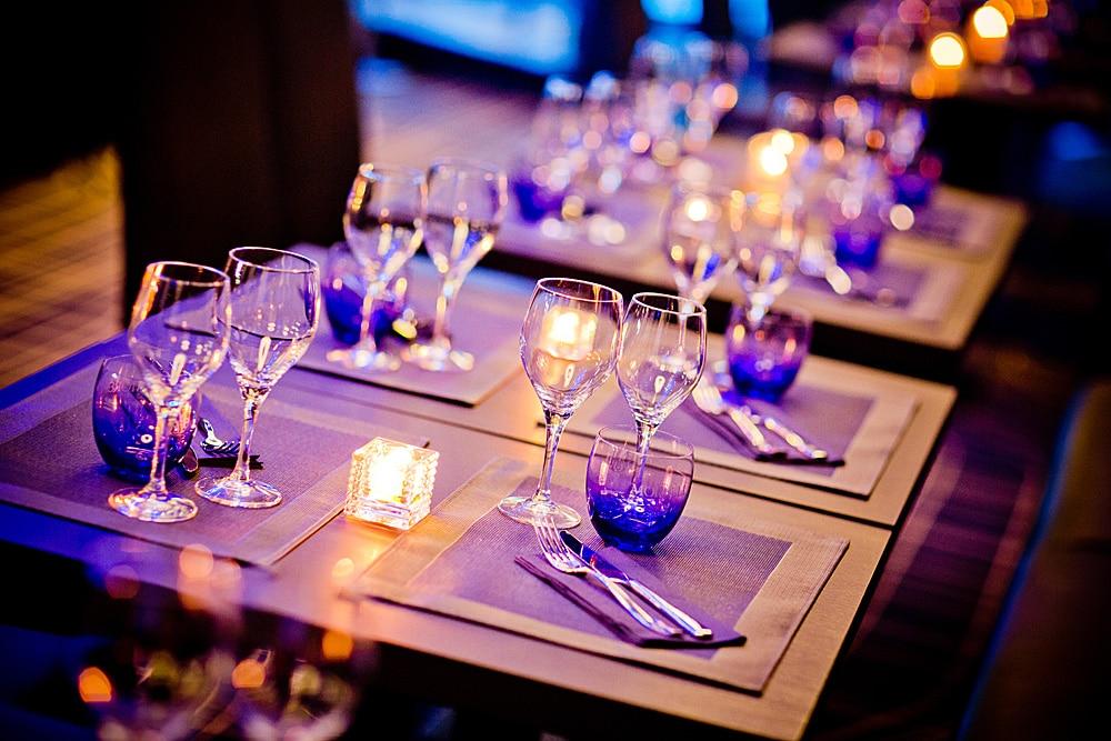 Das extravagante Raumdesign mit seinen aparten Lichtskulpturen bietet den idealen Rahmen für kulinarische Genüsse. copyright: Restaurant BU 1