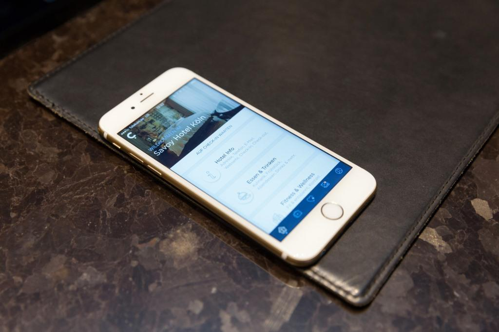 Mit der App von conichi können Gäste per Smartphone im Hotel ein- und auschecken sowie mobil bezahlen. Beim Betreten des Hotels erkennt ein Bluetooth-Empfänger den ankommenden Gast und übermittelt die Informationen samt Wünsche des Gastes an ein Tablet an der Rezeption. Die Lösung wird das Hotelportal HRS künftig in seine App integrieren. Foto: Cornelis Gollhardt