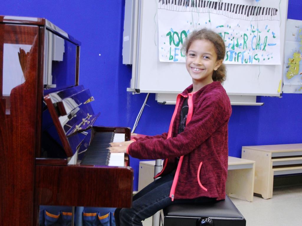 Die Carl Bechstein Stiftung stellt das 100. Klavier kostenlos zur Verfügung: In der Freinet-Schule-Köln wurde heute feierlich das neue Instrument eingeweiht. copyright: Carl Bechstein Stiftung
