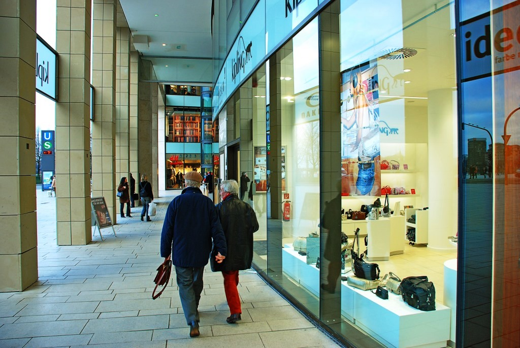 """Der englische Sprachraum benutzt für den deutschen Schaufensterbummel den sympathischen Ausdruck """"Window Shopping"""". copyright: Bernd Sterzl / pixelio.de"""