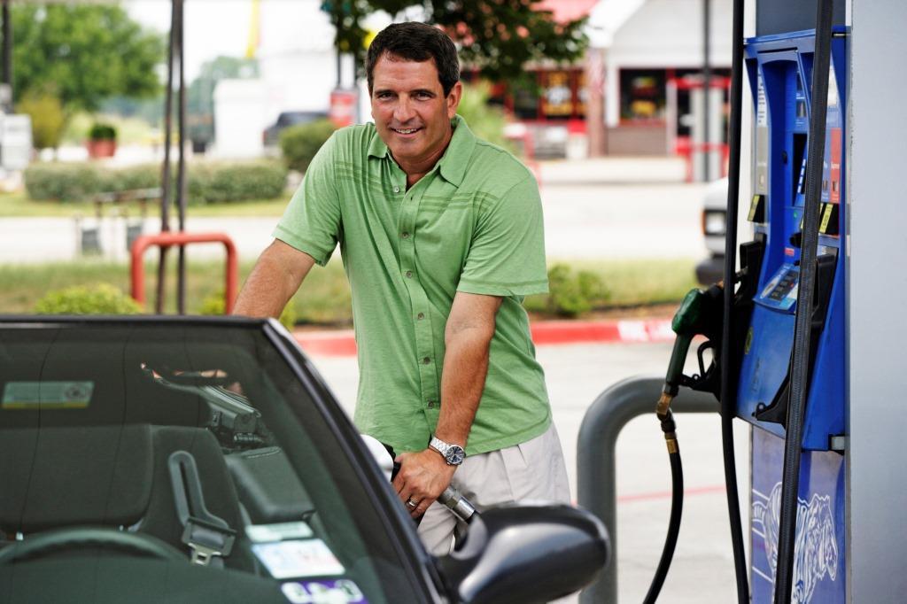 Wer seine Fahrweise ändert und ein paar einfache Dinge beachtet, spart an der Tankstelle eine Menge Geld. Foto: dmd/thx