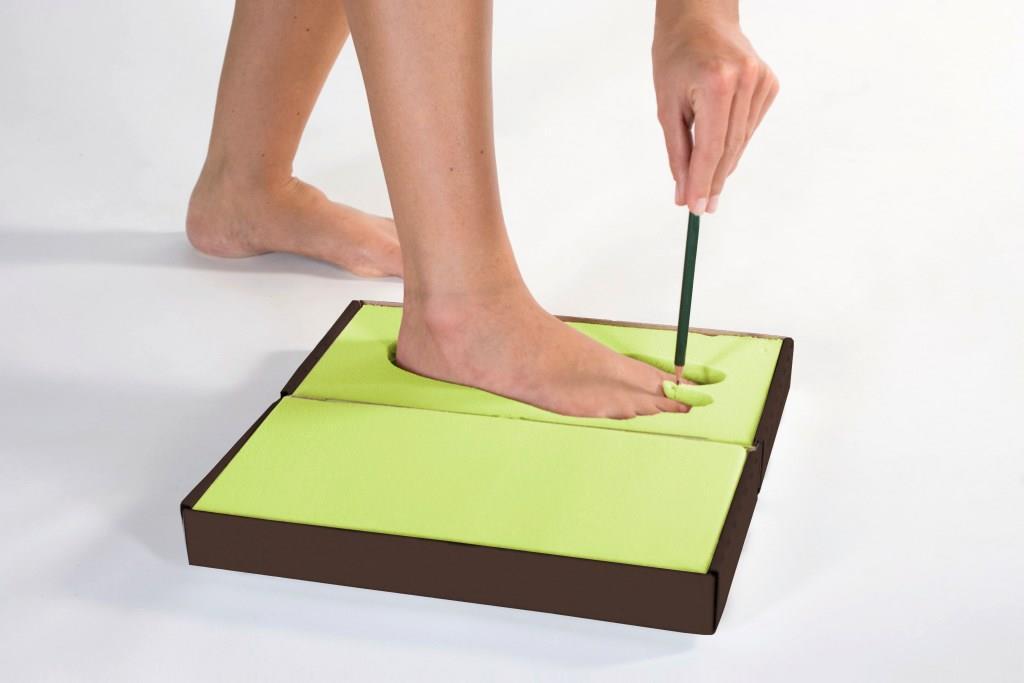 """Per Post erhalten die Kunden eine """"Footprint-Box"""" mit formbarem Schaum für den Fußabdruck. Mit einem Stift markiert man den Punkt für den Zehensteg. Foto: djd/Schott Orthopädie-Schuhtechnik GmbH &"""