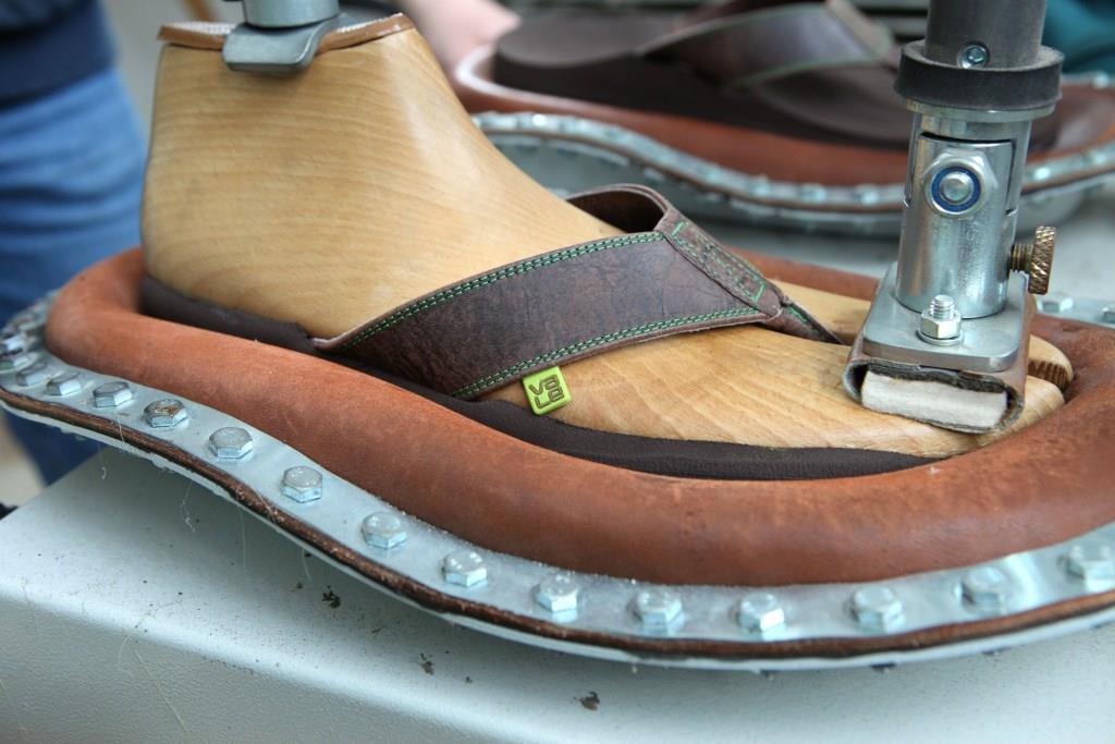 Alles Handarbeit: Der Zehensteg wird individuell angepasst. Foto: djd/Schott Orthopädie-Schuhtechnik GmbH &