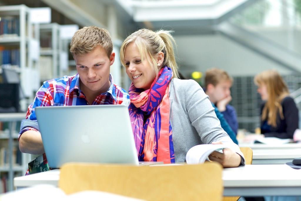 In insgesamt 27 Kriterien in den Kategorien Lehre, Service und Wohlfühlfaktor müssen sich die Hochschulen und Studienorte behaupten. Foto: djd/www.meineuni.de