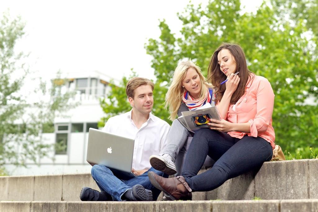 Ab sofort können Schülerinnen und Schüler ganz bequem online Hochschulen und Studienorte in ganz Deutschland miteinander vergleichen. Foto: djd/www.meineuni.de