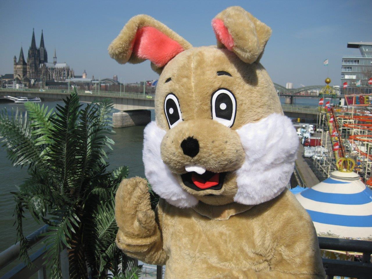 Zu Ostern wird ein plüschiger Osterhase über den Platz gehen und Freude und Süßigkeiten an Kinder verschenken. copyright:  Gemeinschaft Kölner Schausteller (GKS) e.G.