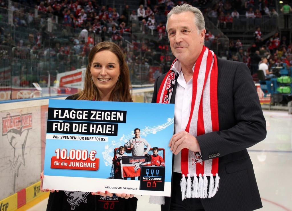 Bei der gestrigen Scheckübergabe für die Junghaie vor dem ersten Play-Off Spiel der Kölner Haie: Nadine Göllner (NetCologne) und Michael Lüttgen (Vize-Präsident der Junghaie).