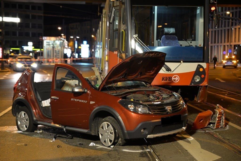 Auto kollidiert mit Straßenbahn in Köln - Mülheim - Zwei Schwerverletzte, ein Leichtverletzter copyright: Polizei Köln