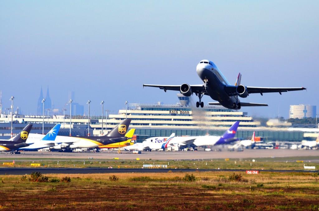 Während der Entschärfung der Bombe am Flughafen Köln Bonn muss der Flugbetrieb eingestellt werden. - copyright: Köln Bonn Airport
