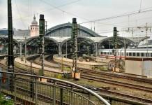 Berufspendlern und Reisenden nach Köln stehen mehr Bahn-Verbindungen zur Verfügung - copyright: Dieter Poschmann/ pixelio.de