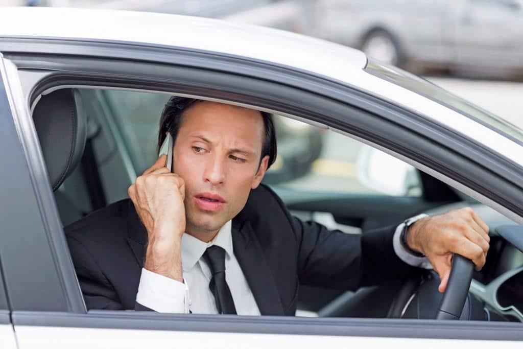 Ein neidvoller Blick auf das Auto des Nachbarn: Fast jedem zweiten Autofahrer ist es laut einer aktuellen Umfrage so schon einmal ergangen. Foto: djd/mobile.de/Wavebreakmedia - iStock
