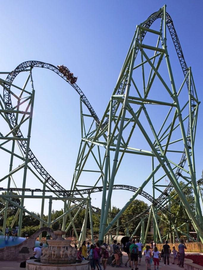 Kärnan: 67 m First Drop, 79 m hoher Turm, 1.235 m Streckenlänge, bis zu 127 km/h schnell. Foto: djd / HANSA-PARK Freizeit- und Familienpark