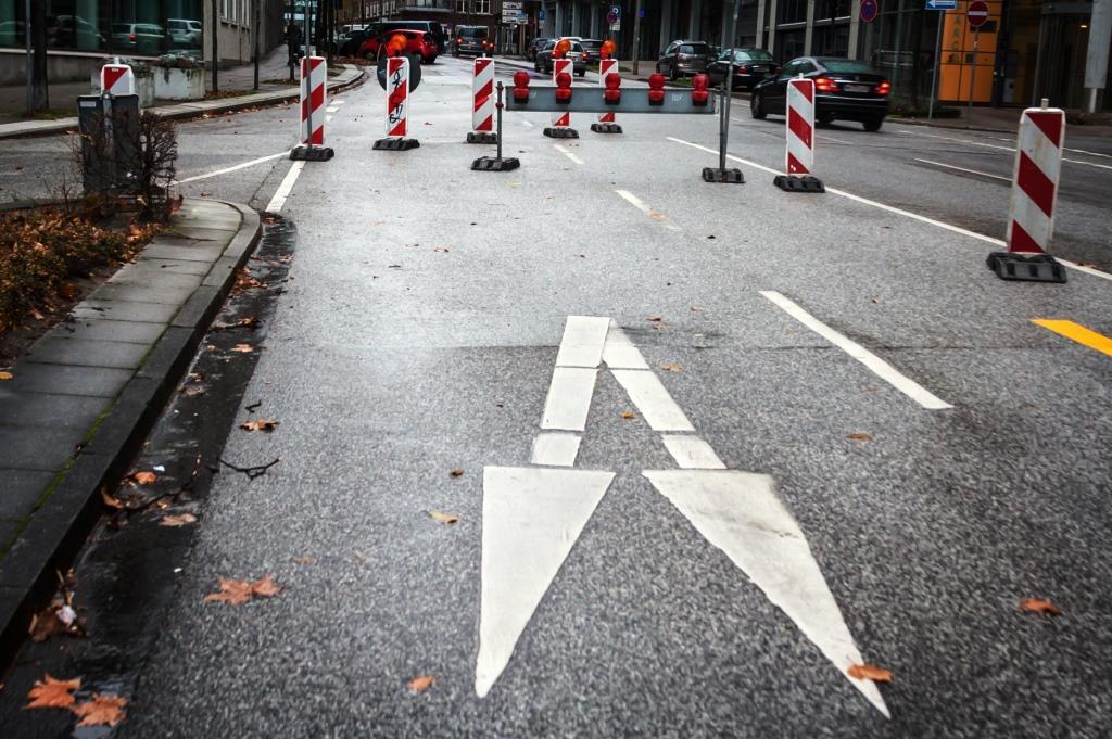 Kleinere Straßen wurden für den Verkehr gesperrt - Symbolbild - copyright: romelia / pixelio.de