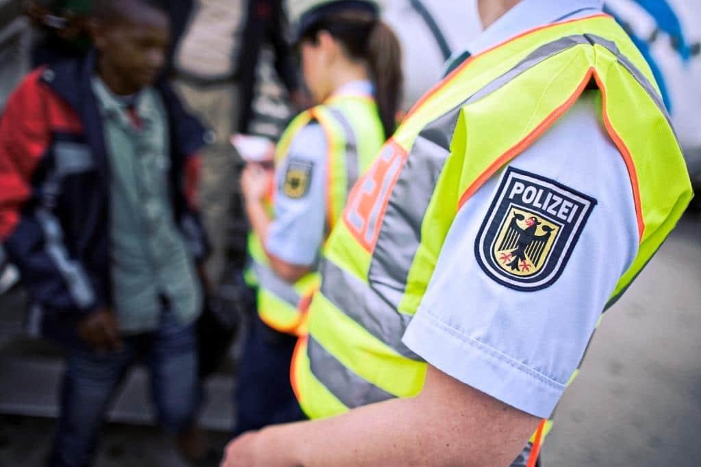 300 Personen wurden am Deutzer Bahnhof aus einem Zug geholt und überprüft. - copyright: Bundespolizei