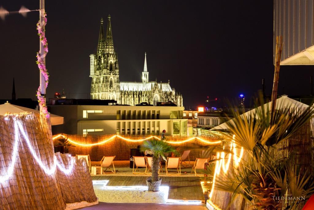Die höchste Beachbar Kölns schenkt ihren Gästen einen umwerfenden Weitblick über die Dächer der schönsten Stadt der Welt – dazu scheint der Dom beinahe auf Augenhöhe. copyright: SonnenscheinEtage / Marco Tiedemann