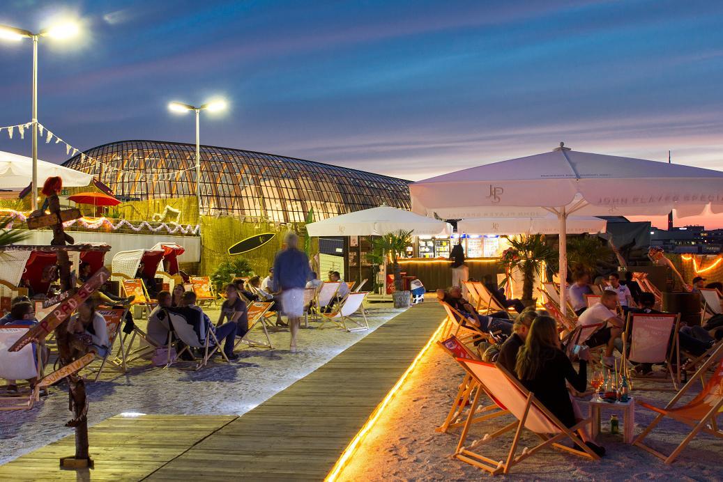 Über den Dächern des Kaufhof Parkhaus erstrecken sich 1.000 Quadratmeter Gastronomiefläche auf zwei Etagen. cpüyright: SonnenscheinEtage