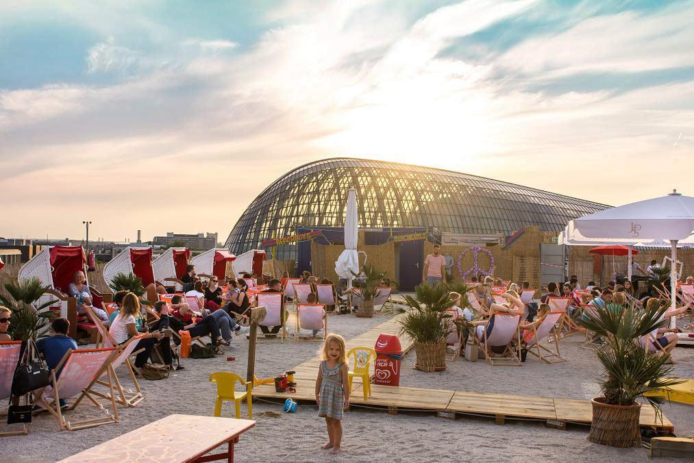 Auf dem Dach des Kaufhof Parkhaus P2 sind die Gäste der höchsten Beachbar Kölns der Sonne zum Greifen nah. copyright: SonnenscheinEtage