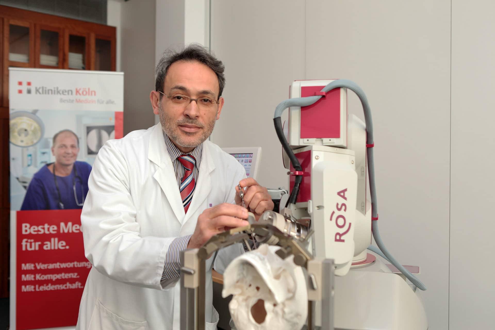 Dr. Maarouf erläutert die Funktion von ROSA, dem Assistenzroboter copyright: Kliniken Köln / Rütten