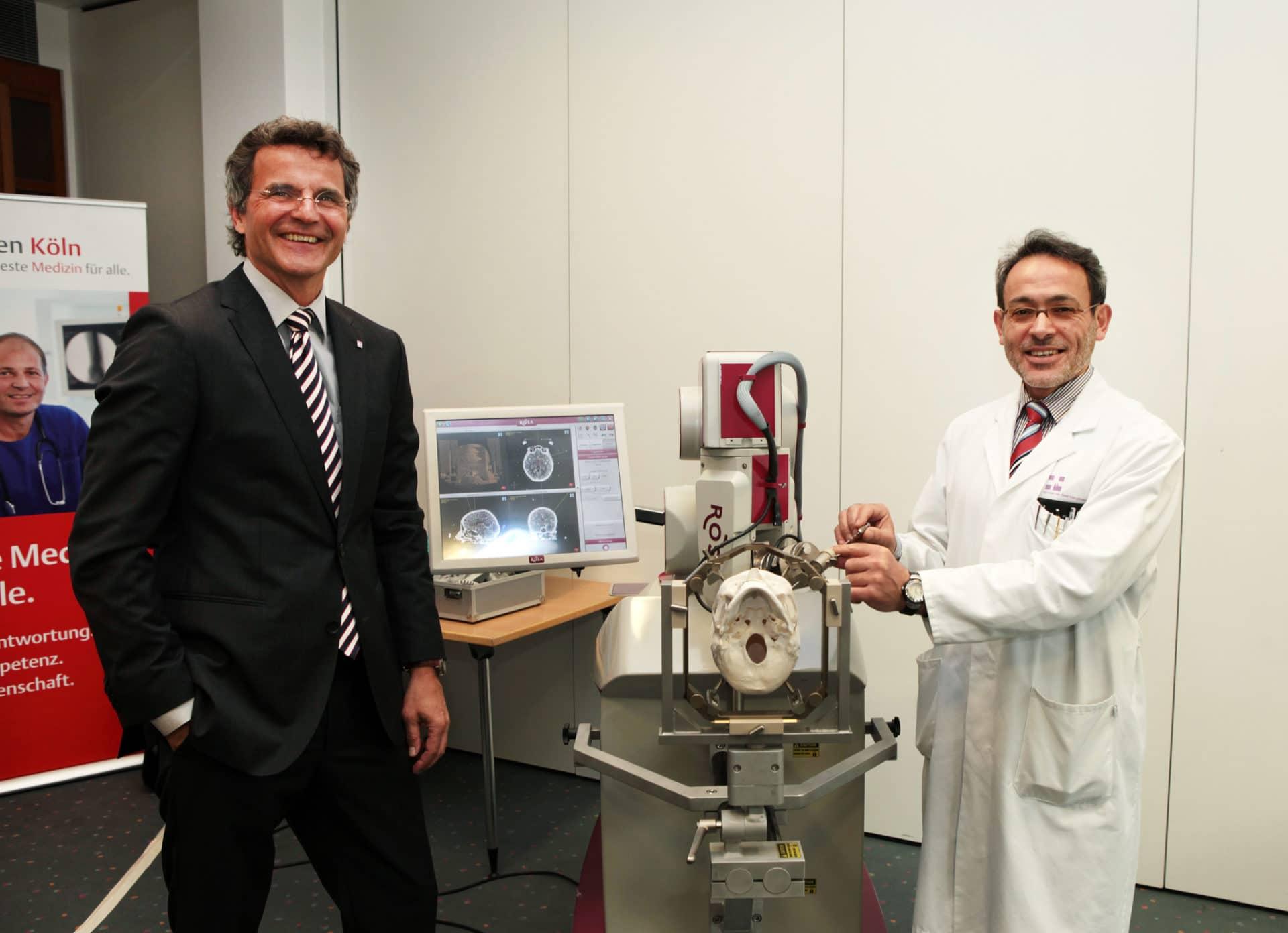 Prof. Dr. Horst Kierdorf (links) und Dr. Mohammad Maarouf (rechts) copyright: Kliniken Köln / Rütten