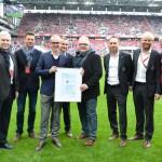 Thomas Biedermann, Personalvorstand bei der TÜV Rheinland AG, überreichte beim Spiel 1. FC Köln – SV Darmstadt 98 das Zertifikat an Alexander Wehrle, Geschäftsführer des 1. FC Köln. copyright: TÜV Rheinland