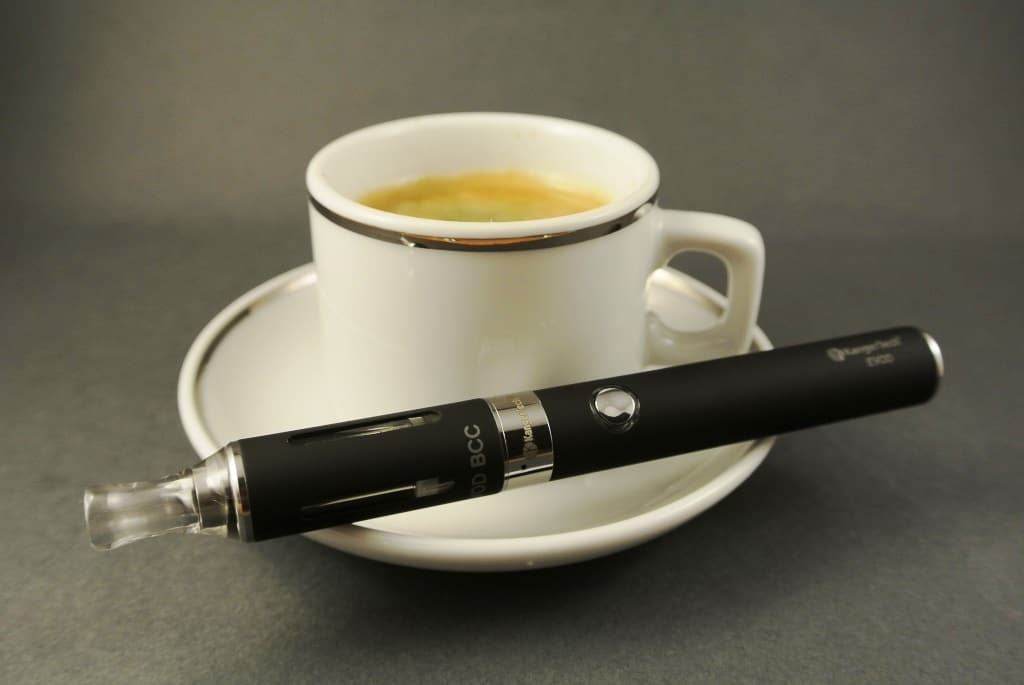 Es hält sich das Gerücht, die E-Zigarette dürfe anders als die klassische Zigarette immer und überall konsumiert werden. copyright: pixabay.com